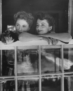 Joan Fontaine & Olivia De Havilland (Photo by Bob Landry//Time Life Pictures/Getty Images)